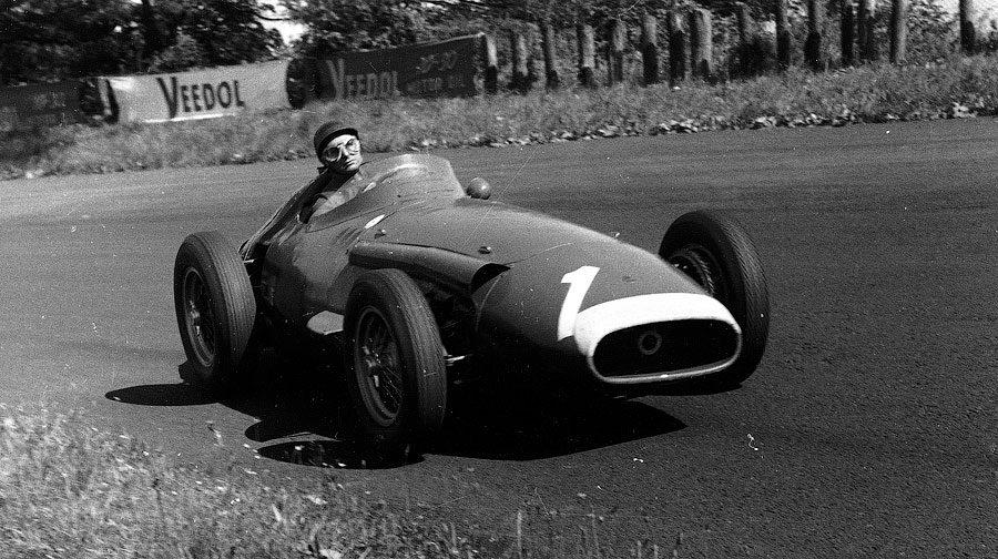 Con questa vittoria Juan Manuel Fangio si aggiudicò il Mondiale Piloti. Juan Manuel Fangio al volante della Maserati 250 F in azione sul circuito del Nurburgring, domenica 4 agosto 1957.