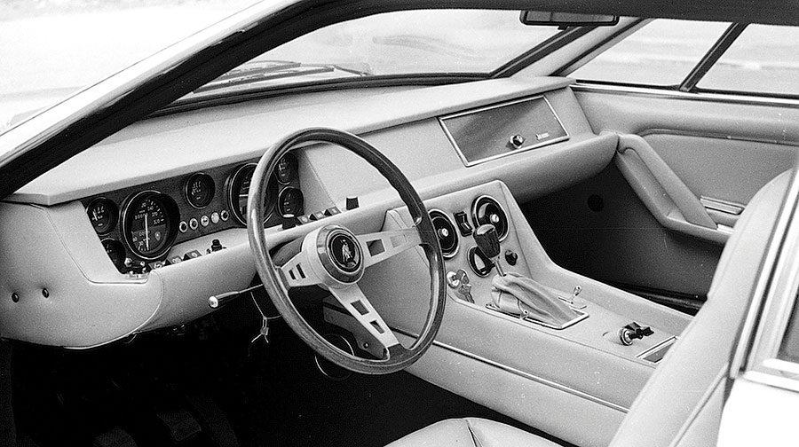 O 100-godišnjici rođenja Ferrucia Lamborghinija i njegovom najdražem modelu… Prije točno 100 godina rođen je Ferrucccio Lamborghini, nadareni inženjer, poduzetnik, proizvođač traktora i vinar te osnivač jedne od najpoznatijih tvornica automobila na svijetu čiji su posteri desetljećima krasili zidove tinejdžera diljem svijeta. Sjetite se samo Countacha, Miure ili Espade… Bili su to automobili koji su krojili dječačke snove, automobili koji su impresionirali svojim izgledom koliko i performansama. Rijetko je koja marka toliko jasno i precizno definirala kategoriju sueprautomobila kao Lamborghini. No od svih Lamborghinijevih modela vjerojatno nikada ne biste sami pogodili koji mu je bio najdraži! Jer to nije bio ni 350 GT ni Miura ni Countach… Te ekstravagantne zvijeri sa moćnim motorima zapravo nisu bile njegov stil, iako su nosile njegovo ime. A Lamborghinijev omiljeni automobil je najopskurniji i najneobičniji model koji je ikada izašao iz tvornice u Sant' Agati… Punim imenom Ferruccio Elio Arturo Lamborghini rođen je 28. travnja 1816. u provinciji Ferrara. Roditelji su mu bili vinari, ali ga je njegov interes za mehanikom potaknuo da s 32 godine pokrene vlastitu proizvodnju traktora. Tvrtka Lamborghini Trattori vrlo je brzo postala najvažniji proizvođač agrikulturalne mehanizacije u talijanskoj poslijeratnoj reformi. Uspješan biznis donio mu je bogatstvo, a kao zaljubljenik u automobile Ferruccio je s vremenom kupovao sve skuplje i skuplje modele. Od Fiat Topolina koji je vozio kao mladić, u 50-ima je kupovao Alfa Romeo i Lancije, a u jednom trenutku posjedovao je istovremeno sedam automobila. Među njima i kultne Mercedes 300SL, Jaguar E-Type te dva Maseratija 3500 GT. O Adolfu Orsiju, tadašnjem vlasniku Maseratija, Lamborghini je imao visoko mišljenje jer je posao pokrenuo samostalno, siromašan kao i on, ali njegove automobile smatrao je teškim i sporim. Godine 1985. Lamborghini je otputovao u Maranello i kupio svoj prvi Ferrari, model 250GT, danas najtraženiji i 
