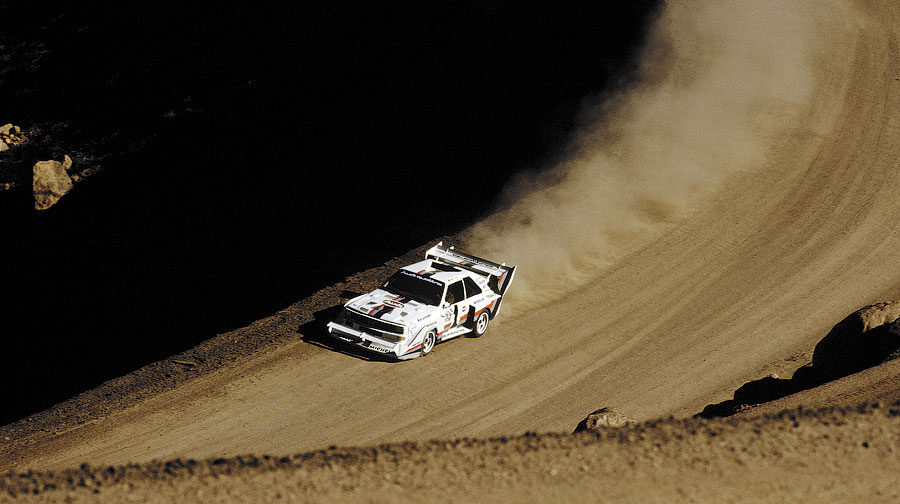1985 siegte Michelle Mouton mit dem Audi Sport quattro. Im Folgejahr war Amerikas Rennfahrerlegende Bobby Unser im Audi Sport quattro S1 nicht zu schlagen. 1987 sorgte der mehrfache Weltmeister Walter Roehrl mit seinem Sieg im Audi Sport quattro S1 fuer einen neuen Streckenrekord (10:47,85 Minuten!) beim Hill Climb Race auf den 4300 Meter hohen Pikes Peak in Colorado/USA.